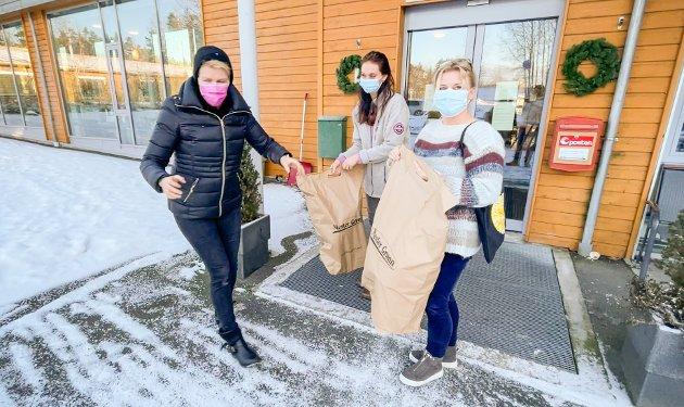 Butikksjef Sunniva Hauffen Aasgaard (til venstre) fra Mester Grønn på Ski storsenter synes det er bedre å gi bort de ferske blomstene sine til driftssjef Camilla Damengen og de andre på Solborg enn å måtte kaste dem.