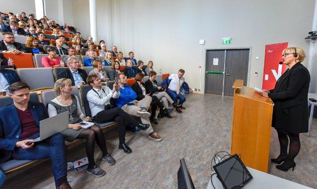 Monica Ahyee holdt Innovasjonstalen i det store auditoriet ved Campus Helgeland.