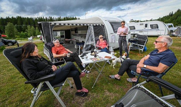 Bechs camping. Torstein Knutsen, Bjørg Jensen, Hjalmar Jensen, Tone Svendsen, hunden Oliver, og Ragnhild Pettersen fra Senja og Finnsnes