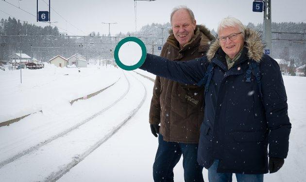 Banevokternes styreleder Lars Olsen (til høyre) reflekterer over hvorfor så mange fortsatt tror at Ringeriksbanen aldri kommer. Her sammen med Banevokter Ivar Gunnar Lia.