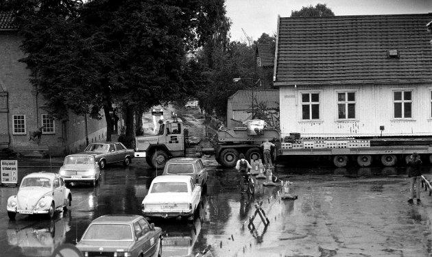 """21. september 1979:      Rådhusgata 6 ble flyttet til Prinsens gate 25. På bildene blir huset klargjort for flytting ved at man jekket huset opp og senket det ned på stålbjelker. Huset ble senere heist opp på en  spesialhenger til en lastebil og fraktet om natten . Byens største """"campingvogn"""""""