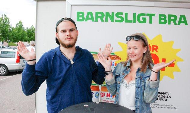 BARNSLIG, MEN IKKE BRA:  Anton Olofsson (19) er irritert over grensestengingen.   – Det er j*****g dumt, faktisk. Jeg får ikke besøkt slektningene i Norge, og butikkene sliter.  Kjæresten Astrid Andersson (17) bifaller. Hun selger jordbær, og sier at salget er vesentlig høyere når nordmennene er i byen.