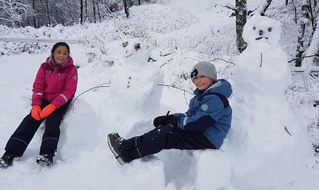 Kristina(12), snømann, Peder(9) og snømann i Kårdal.