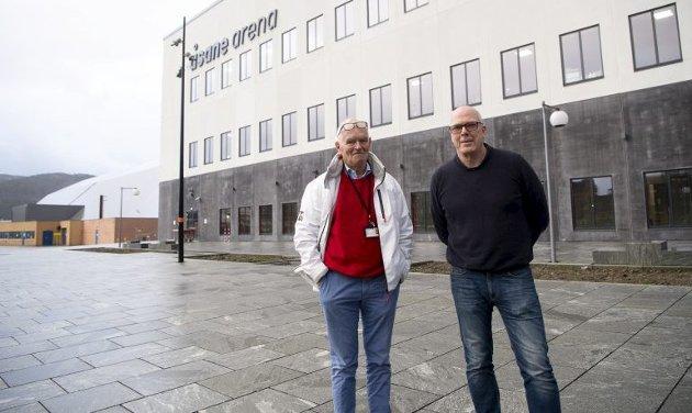 Trond Mohn til venstre, og daglig leder Roald Bruun-Hanssen i Åsane arena til høyre. FOTO: ARNE RISTESUND