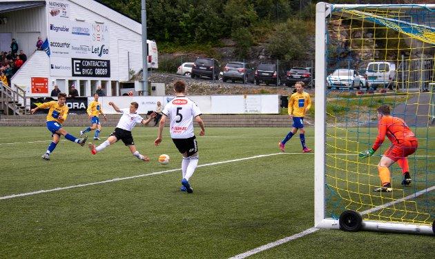 1-1: Noah Holmvik Danielsen setter inn utligningen til 1-1 etter 36 minutter, etter å ha fått ballen fra Patrick Gundersen Selboe.