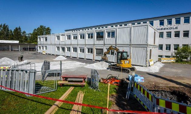 Ved Mo Ungdomsskole har det allerede kommet opp modulbygg som skal huse elevene fra høsten. Modulene har tidligere vært brukt ved Korgen skole etter at den brant.