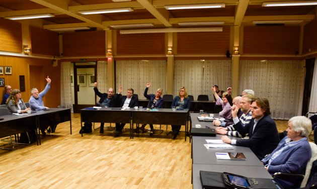 Sju representanter stemte imot da Jevnaker kommunestyre vedtok å søke om å få være med i det nye storfylket Viken. Johan Esperum (Ap) avgir sin stemme i venstre hjørne.