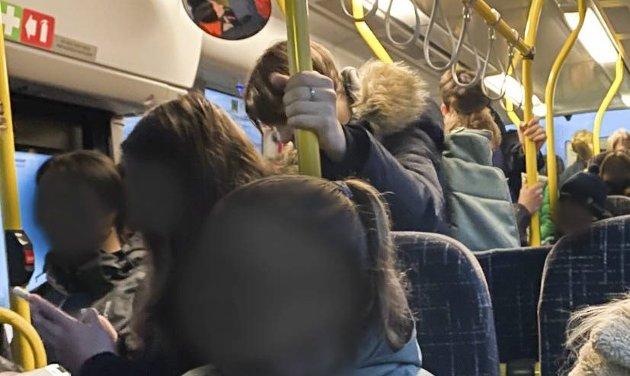 TRANGT: Flere har reagert på overfylte busser.