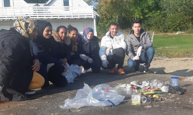 RYDDET PLAST: Samfunnsfagklassen i modul 3-4 ved Ryfylke Læringssenter gikk fra sentrum på Jørpeland til Nordlys for å rydde plast. Etterpå skrev de dette leserinnlegget.