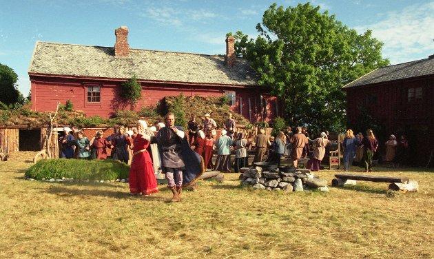 Hele 70 aktører, fra hovedrolleinnhavere til barneartister, fylte det vakre tunet på Edøygarden.