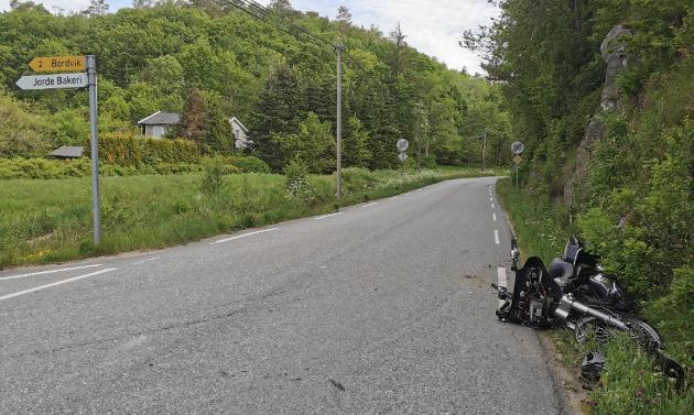 MATERIELL SKADER: Motorsykkelen fikk omfattende materielle skader i sammenstøttet, mens MC-føreren kom fra ulykken med skrubbsår.