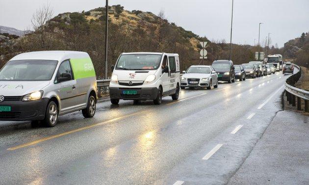 Om nødvendig bør politikerne innføre forbud mot å kjøre alene, mener Ole.