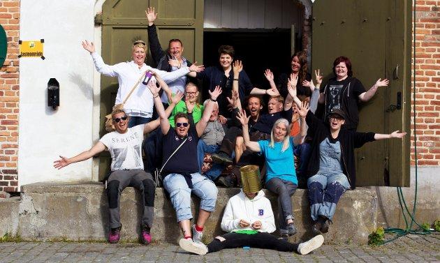 En gruppe av frivillige på årets Månefestival. Fortfatter Sunniva Solberg står i midten bak på bildet.