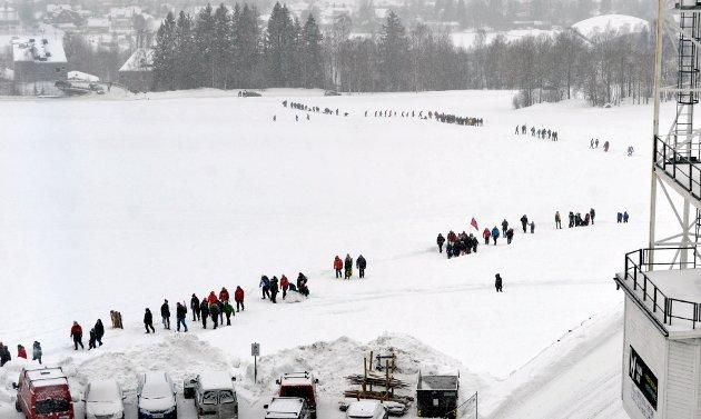 Publikum på veg til Lysgårdsbakken før hopprennet.