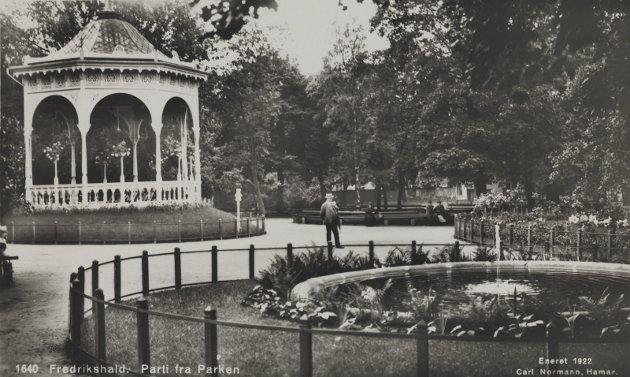 BUSTERUDPARKEN: Her er trærne omtrent 50 år gamle og paviljongen er blitt malt hvit – opprinnelig hadde den farge. Bygartneren hadde omhyggelig gjerdet inn alle grønne pletter. Prospektkort fra Carl Normann 1922. FOTO: NASJONALBIBLIOTEKET