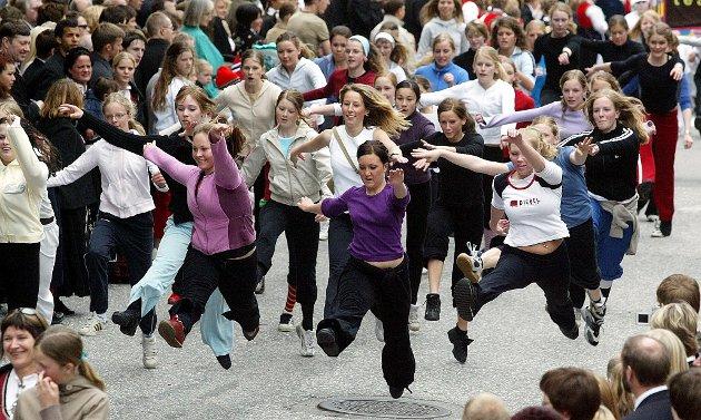 FELLESDANS: Gjengen fra Kick dansestudio hadde trolig et av de spenstigste innslagene i Folketoget i 2003.