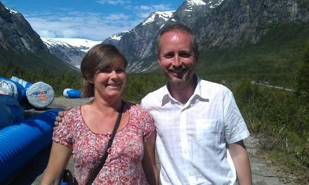 GRUNNSTEIN: I 2014 var Bård Vegar Solhjell, dåverande miljøvernminister for SV, invitert til å leggje ned grunnsteinen for det nye Breheimsenteret som skulle byggjast opp att i Jostedalen. Trine var då leiar for Luster SV