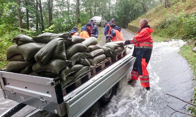 Sivilforsvaret legger ut sandsekker for å demme opp for ras og oversvømmelser på Rjukan onsdag.