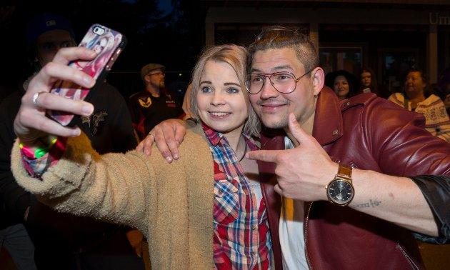 """Sandra Marie Bekkelund tar en selfie med Flisas nye stjerne """"Thosebriks"""", Tony Alexander Skjevik som spillte i Kaffegata under SolørMart'n. FOTO: JENS HAUGEN"""