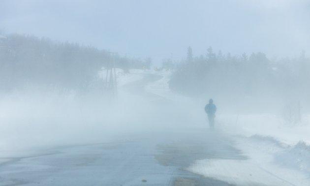 En mann er ute og går langs veien like før fjellovergangen på Venabygdsfjellet.