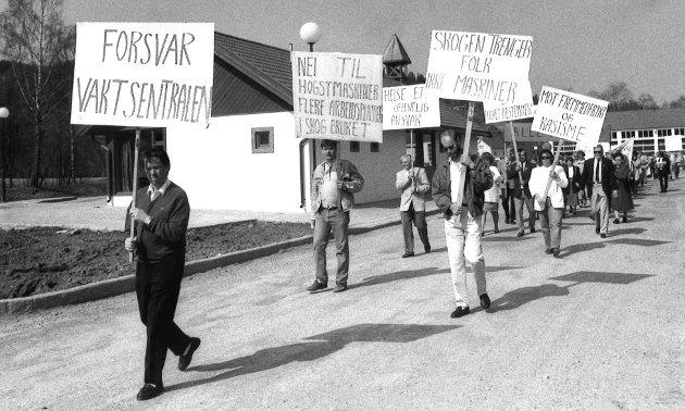 TRENGER FOLK: Skogen trenger folk, ikke maskiner, var blant parolene til de som gikk i 1. mai-tog i Brandbu i 1993.