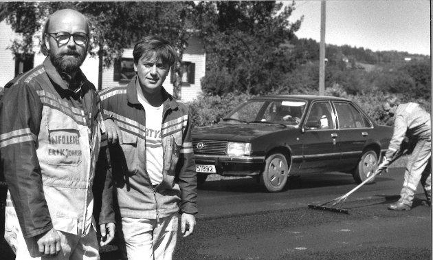 I ARBEID: Asfaltarbeid på Riksveg 4 på Gran i 1993. Erik Johnsen (til venstre) og Viggo Rognstadbråten jobbet med vegen for 28 år siden.