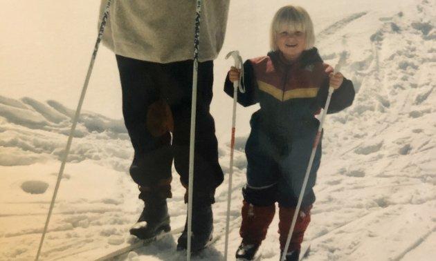 På skitur: Jeg har vært på mange skiturer i mitt unge liv. Som barn er det tross alt akseptert å tryne litt. Foto: Privat