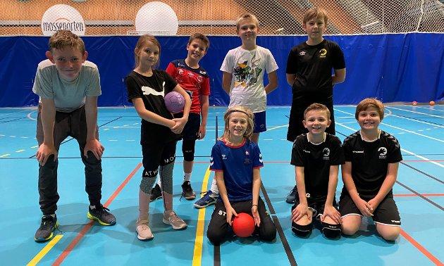 GJENGEN: Victor, Julian, Anton, Elias, Karina, Samuel, Eimantas og Ludvik var på håndballskolen i høstferien: – Det er veldig gøy å være med, det er den tredje dagen på rad jeg er med, sier Victor.