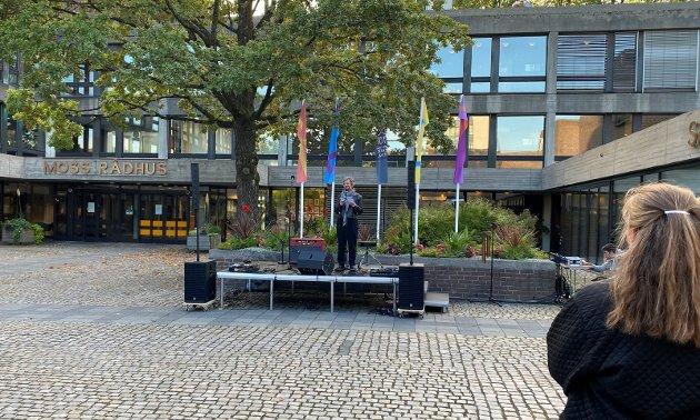 ORDFØRER: Hanne Tollerud holdt en åpningstale for publikum – hun takket blant annet samarbeidspartnere og andre som har bidratt til årets festival.