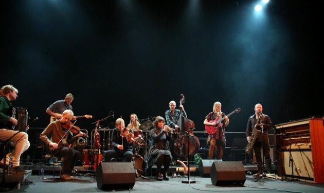 Frode Haltli sammen med sitt unike ensemble.