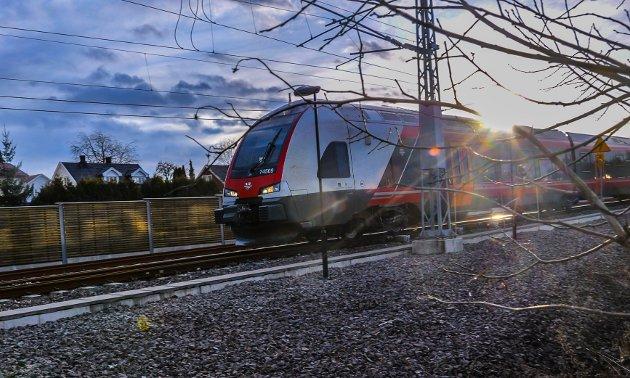 TOMME VOGNER: Selv om det nesten ikke lenger er passasjerer på Vestfoldbanen kjører Vy samtlige avganger som står i rutetabellen. Selskapet er forpliktet til å frakte nøkkelpersonell til og fra jobb, og har strenge hygienerutiner for både passasjerer og ansatte om bord i togene.