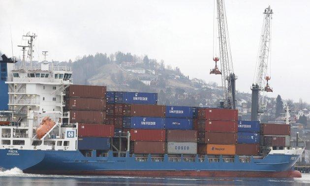 GLOBALISERING: De store klimagassutslippen skyldes blant annet av at en mengde containerskip, fly og biler frakter varer frem og tilbake rundt om i verden hele døgnet rundt. Foto: NTB scanpix