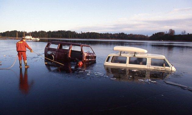 Noen forsøkte å kjøre biler som var stjålet ut på isen i Skiptvet på 80-tallet. Bilene sank ikke veldig dypt da isen ga etter.