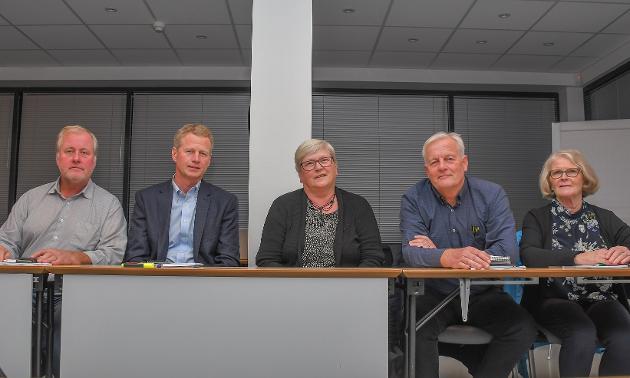 Morten Foss, Inger Klara Lilleholt  Vaaje, Kåre Haugaas og Aud Angelstad smiler fordi de har fått selskap av Knut Aall på Senterpartibenken.