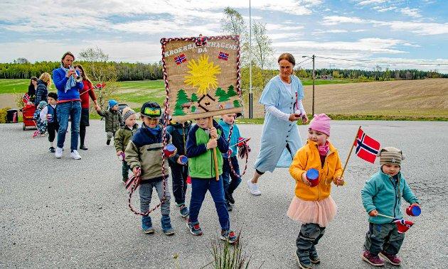 AVSTAND; Barna i Kroer passet på å holde avstand i årets 17. mai-tog