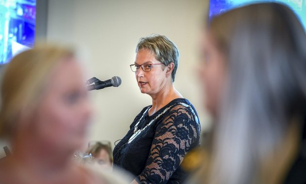 Rektor Hanne Solheim Hansen ved Nord universitet. Bildet er fra studieåpningen på studiested Nesna, da studentene i protest snudde ryggen til henne. Foto: Øyvind Bratt