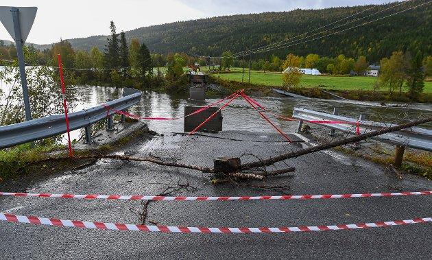 Brua fra Nevernes over til Grønnfjelldalen ble tatt av vannmassene mandag.