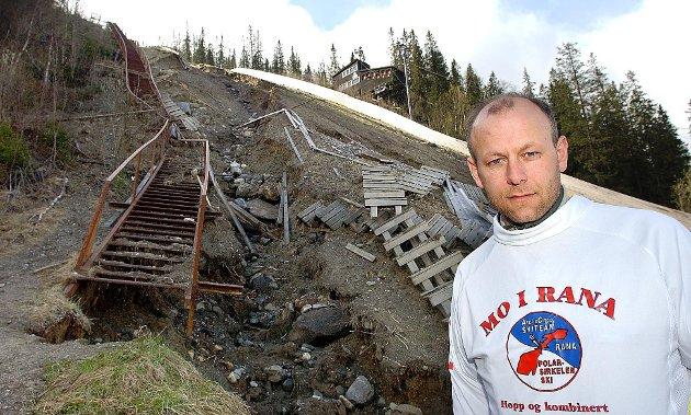 Mai 2002: Fageråsen hoppbakke ødelagt av flom. - Den må repareres, sier Stein Kyrre Ulstad.