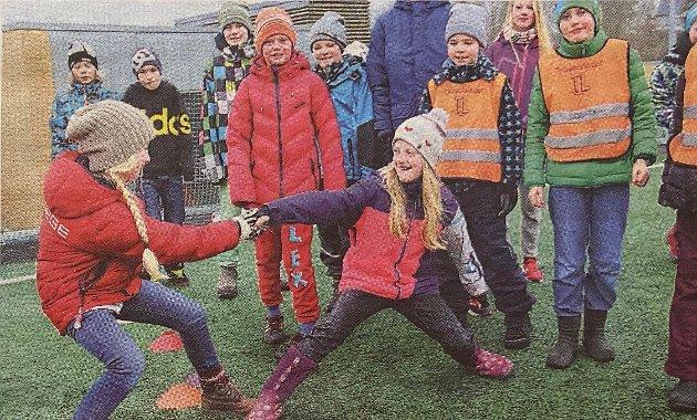 Ragnhild Roll Halse var med på trivselslederkurset som samlet skolene på Sogsti skole. Her ser du flere elever som ble aktivisert.