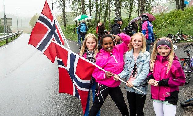 Møtte opp for å se Tour of Norway 2015, da rittet passerte Ås: Amalie Ur, Hanna Gebresselasie, Karina Walle og Linnea Ur står og heier i Kroerveien. I mai 2016 arrangeres ryttet igjen. Også denne gangen kommer syklistene forbi Ås.