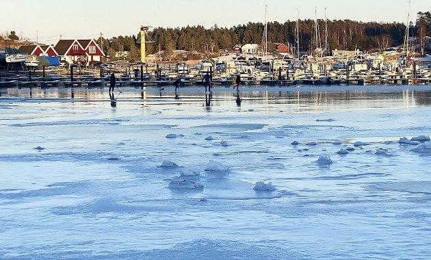 Lek på isen: Mange steder rundt Tønsberg og Nøtterøy var det lek på isen i helga. Foto: Pål Nordby