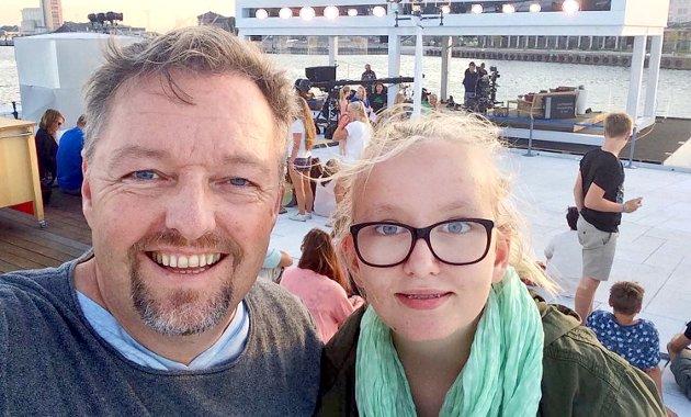 FRATATT: Jenta til høyre var plutselig ikke norsk likevel og ble fratatt sine statsborgerlige rettigheter av en politiker fra FrP. Foto: Privat