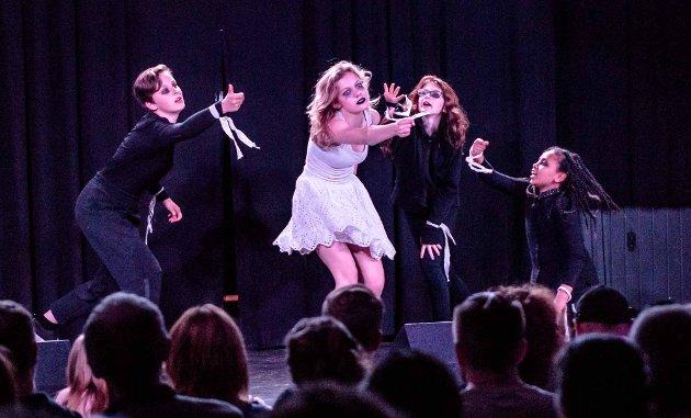 Dramatisk og inspirerende danseshow av jentene Johanne, Maria, Morild, og Vilde.