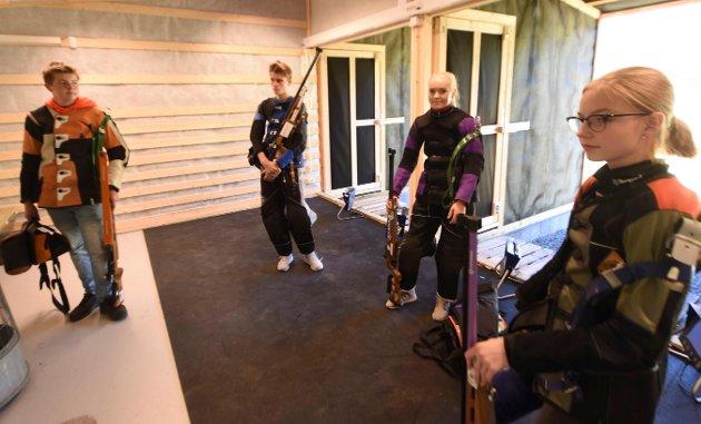 Disse firte skjøt om om seieren i eldre rekruttklassen. Fra venstre: Jørgen S. Bomdal, Hans Kristian Dokken, Caroline Finnestad Lund og Sara K. Havik Johnsen.