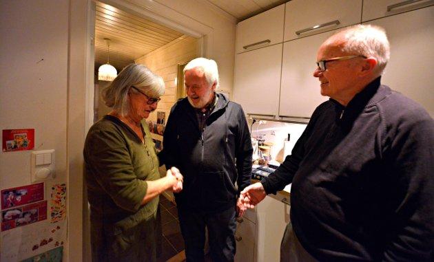 VELKOMST: Einar Guldvåg Staalesen blir hilst velkommen av vertskapet Anna og Halvor Grene.