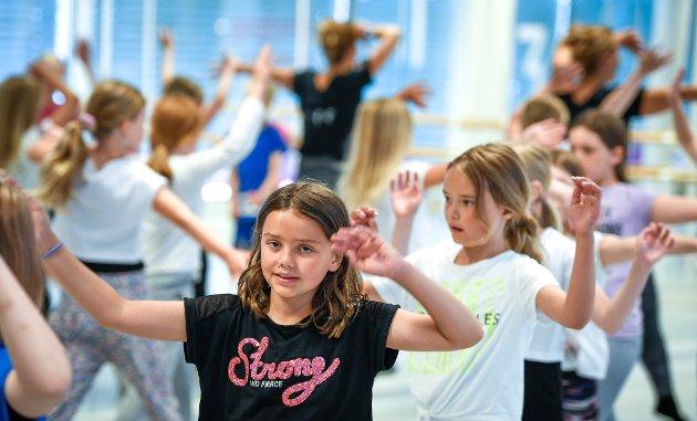 Ved Kraft dansestudio har de et todagers sommerkurs som avslutting på sesongen før ferien. Her deltar 160-170 dansere fra fire år til godt voksne. Lise Eliassen og Tora Straumsnes er to av pedagogene som kjører klassene fra ni om morgenen og til 22 om kvelden.
