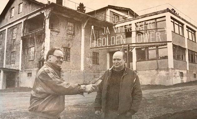 Vingården AS er med i kampen om å bli Hurum kommunes kulturminne i Kulturminnestafetten i 1998. Her ser vi fetterne Iver Thorn Wittusen (t.v.) og Nils Wittusen foran vinkjelleren.