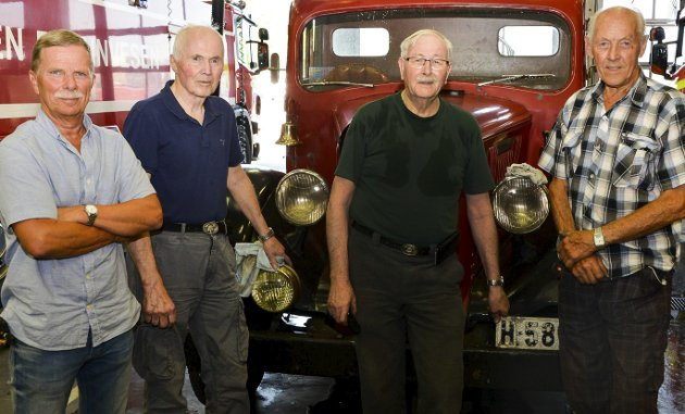 FRIVILLIGE: Pensjonistene Tor Inge Dale, Leif Svennungsen, Erling Olsen og Einar Strømodden står på for å få brannbilene klare.