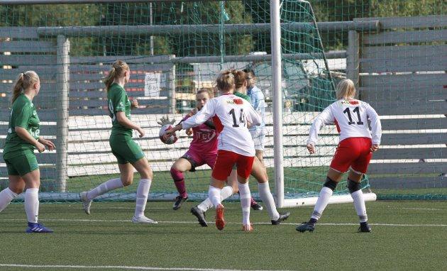 Halsøy mot Innstranda 2. divisjon kvinner. Malin Nevervei legger an til skudd, men keeper redder.