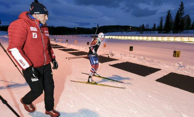 PÅ BESØK: Junioren Marte Kråkstad Johansen drilles av landslagstrener Roger Grubben på Skillevollen. Nå venter junior-VM på tre lokale skiskyttere. Foto: Øyvind Bratt
